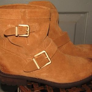 VINCE CAMUTO TAN SUEDE BOOTIES 2 BUCKLES ON SIDES